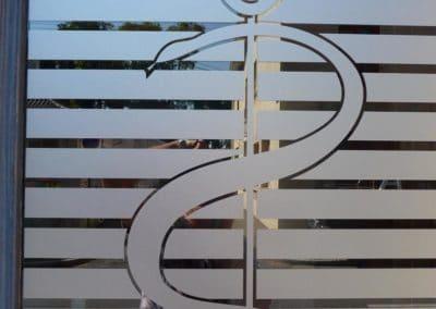 Décor de vitrage d'un cabinet médical : vitrophanie cristal dépoli