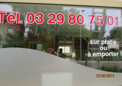 Décor de vitrine en adhésif et cristal dépoli pour le restaurant LA STORIA