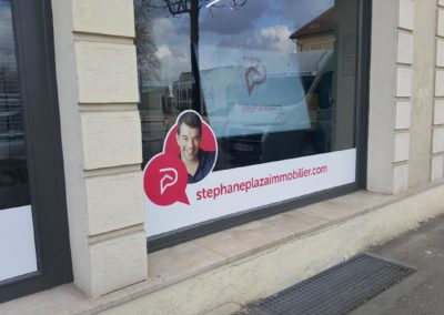 Décor de vitrine de l'agence immobilière Stéphane Plaza