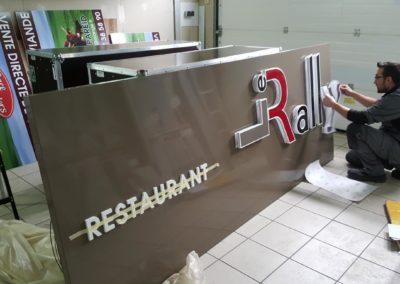 Fabrication de l'enseigne du restaurant LE RALLYE : fond tole alu et lettrage retro eclairé