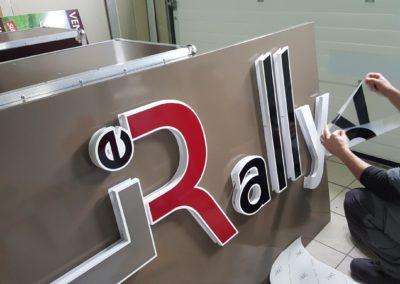 Restaurant LE RALLYE : fond d'enseigne en tole alu 15/10eme et lettrage retro eclairé