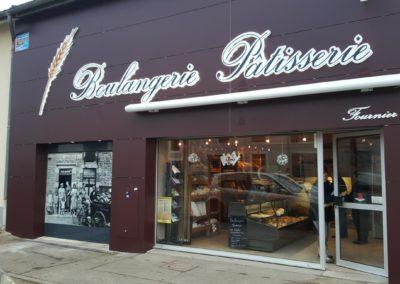 Façade complète en Trespa, enseigne lumineuse et logo lumineux, store, boulangerie FOURNIER