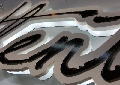 Fabrication d'une enseigne en Komacel fraisé avec rétro éclairage leds restaurant l'AUTHENTIQUE