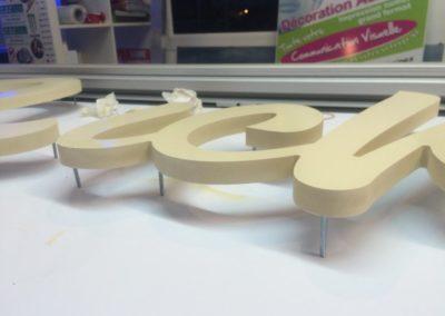 Fabrication d'une enseigne en texte découpé à poser sur entretoises