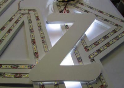 Fabrication de lettrage rétro eclairé par leds