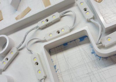 Face arrière d'une enseigne lumineuse avec rétro éclairage par leds