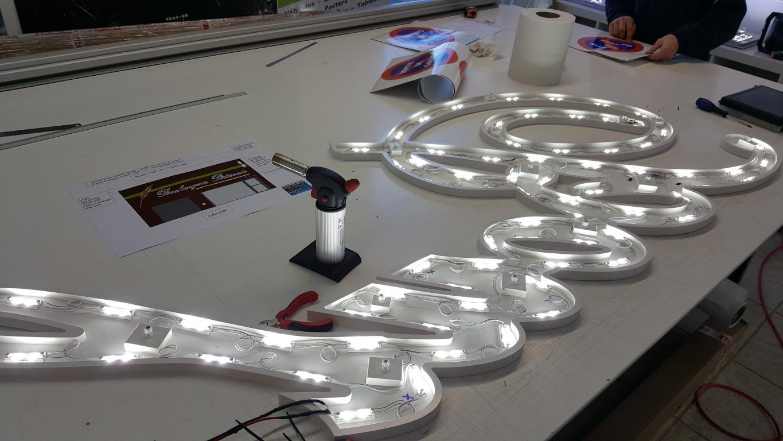 Fabrication d'une enseigne en texte déoupé avec rétro éclairage leds