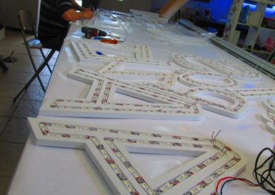 Mise en place des leds sur lettrage rétro-éclairé pour enseigne lumineuse