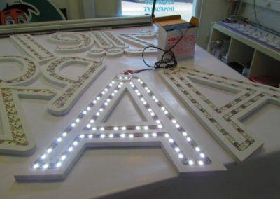 Test des leds sur lettrage rétro éclairé enseigne lumineuse
