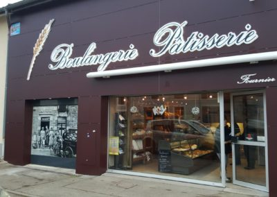 Habillage de façade en Trespa boulangerie Fournier - Enseigne lumineuse et store