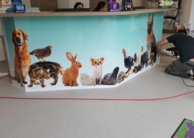 Création et pose d'un habillage de comptoir vétérinaire : impression numérique sur panneaux Dibond