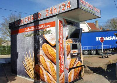 Habillage complet du distributeur automatique de pain de la boulangerie Monnier