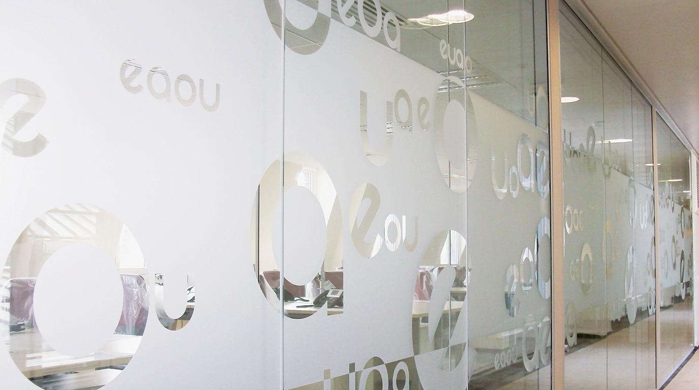 Décor intérieur de bureau en vitrophanie cristal dépoli avec découpes