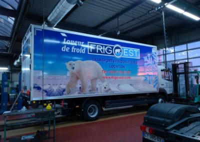 Décor adhesif camion frigorifique Frio Est en concession