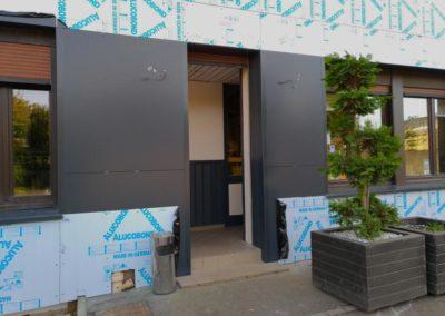Façade en cours de réalisation pour Restaurant - Trespa gris
